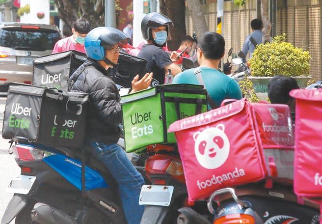 台灣物聯網產值在2019年再創新高,但令人尋味的是,經濟部力推餐飲外送平台計畫,成效卻不如預期。圖為外送員在午餐時間替民眾送餐。(本報資料照片)