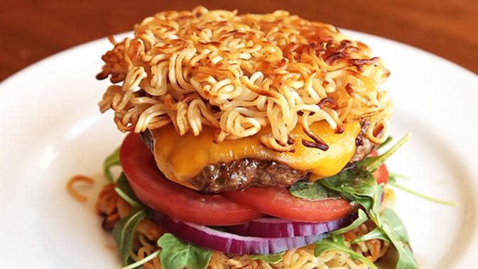 Cara lezat bikin burger mi instan untuk bekal di kantor. (Via: aht.seriouseats.com)