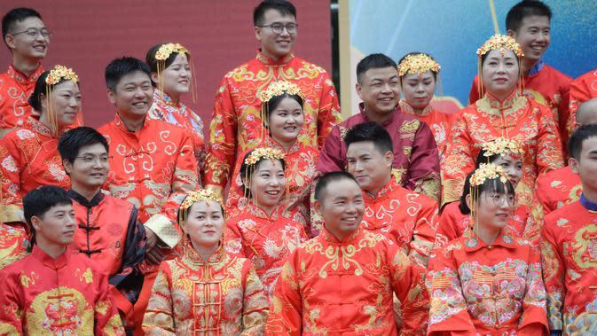 Para mempelai pria dan wanita mengikuti pernikahan massal bergaya China di Changsha, Provinsi Hunan, China, 25 September 2020. Sebanyak 71 pasangan resmi menjadi suami-istri usai mengikuti upacara pernikahan tradisional dalam acara nikah massal. (Xinhua/Chen Zhenhai)