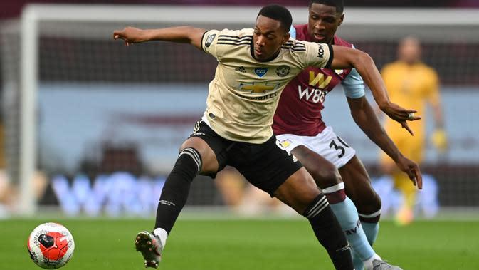 Striker Manchester United, Anthony Martial, berebut bola dengan bek Aston Villa, Kortney Hause, pada laga lanjutan Premier League di Villa Park, Jumat (10/7/2020) dini hari WIB. Manchester United menang 3-0 atas Aston Villa. (AFP/Shaun Botterill/pool)