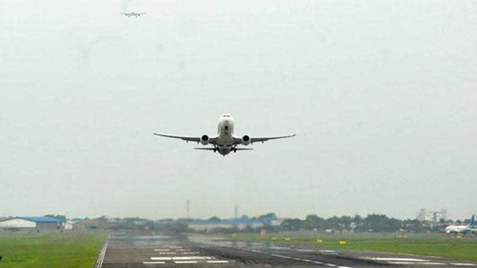 Ilustrasi pesawat terbang lepas landas dari bandara.