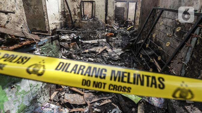 Garis polisi terpasang di lokasi kebakaran permukiman padat Kelurahan Bali Mester, Jatinegara, Jakarta, Selasa (8/9/2020). Kebakaran di permukiman padat itu melalap 11 rumah tinggal warga serta satu unit bengkel dan mengakibatkan 60 orang mengungsi. (Liputan6.com/Johan Tallo)