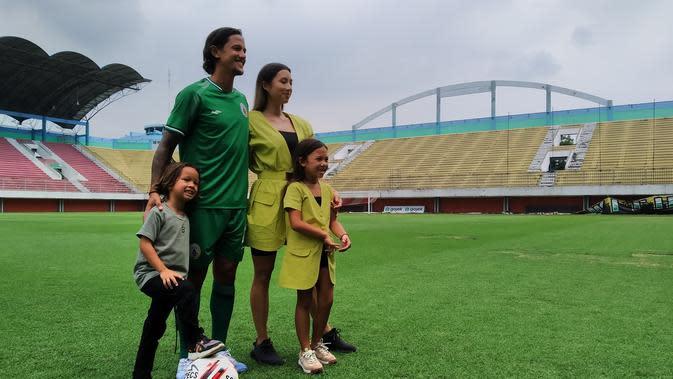 Irfan Bachdim berfoto bersama keluarganya saat diperkenalkan sebagai pemain baru PSS Sleman di Stadion Maguwoharjo, Sleman, Rabu (12/2/2020). (Bola.com/Vincentius Atmaja)