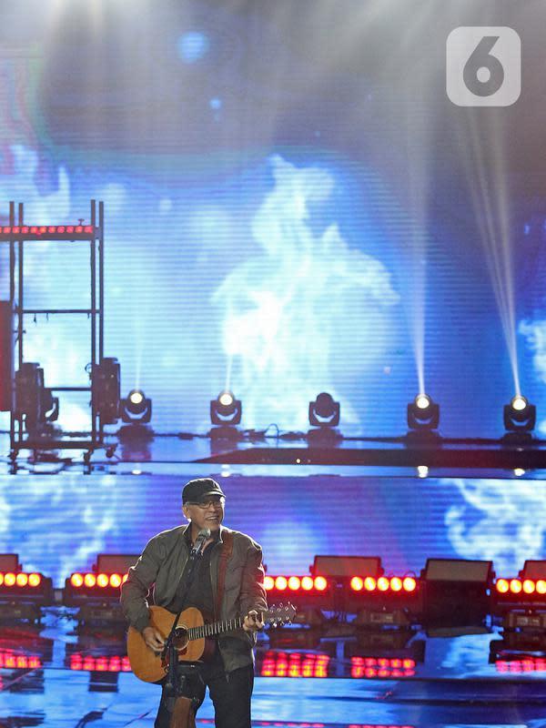 Penampilan penyanyi Iwan Fals saat konser Pesta Perak 25 Indosiar di Jakarta, Minggu (12/1/2020). Konser Pesta Perak 25 Indosiar menghadirkan deretan musisi kenamaan Tanah Air. (Liputan6.com/Herman Zakharia)
