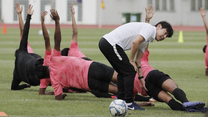 Manajer pelatih Timnas Indonesia, Shin Tae-yong, saat latihan Timnas U-19 di Stadion Wibawa Mukti, Senin (13/1/2020). Pria asal Korsel ini menjalankan tugas perdananya dengan memantau dan memberikan arahan di seleksi timnas U-19. (Bola.com/M Iqbal Ichsan)