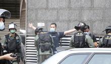 反國安法遊行現場 香港警方不時盤查示威者 (圖)