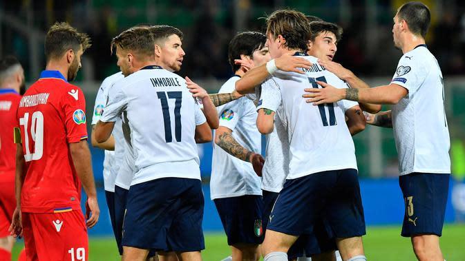Para pemain timnas Italia merayakan gol Nicolo Zaniolo. (ANSA via AP)