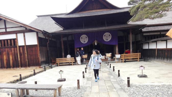 Takayama Jinya merupakan satu-satunya kantor administrasi periode Edo yang saat ini masih tersisa dan orisinaldi Jepang. Untuk menghormati nilai sejarah bangunan ini, tidak ada bangunan yang lebih tinggi dari bangunan bersejarah ini. (Andry Haryanto/Liputan6.com)