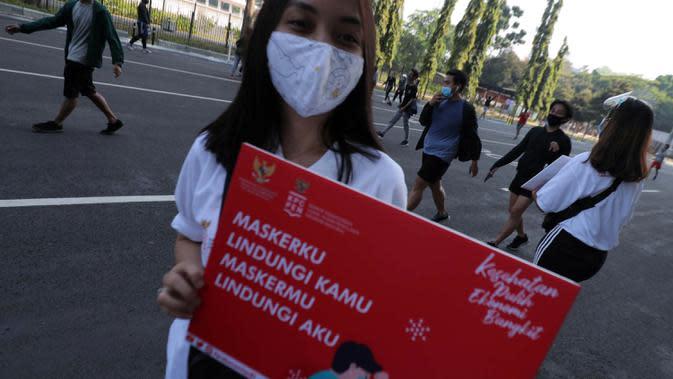 Seorang wanita saat mengkampanyekan Gerakan Masker Nasional