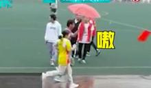 大隊接力遇豪雨!男高生濕身為她撐傘陪跑 全校嗨翻:狗糧來得猝不及防