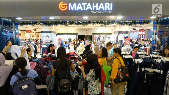 Pengunjung memilih barang obral di Gerai Matahari Mall di Taman Anggrek, Jakarta, Sabtu (25/11). Jelang ditutup permanen, Matahari Mall menggelar diskon besar-besaran, gerai Matahari di Taman Anggrek akan ditutup (3/12/2017). (liputan6.com/Angga Yuniar)