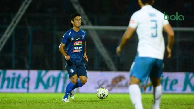 Gelandang Arema FC asal Jepang, Takafumi Akahoshi, dalam duel kontra PSIS Semarang di Stadion Kanjuruhan, Malang, Sabtu (31/8/2019). (Bola.com/Iwan Setiawan)