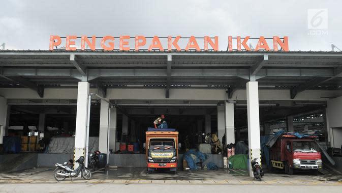 Aktivitas pedagang saat bongkar muat di Pasar Ikan Modern (PIM) Muara Baru, Jakarta, Kamis (21/2). Selain area bongkar muat, PIM Muara Baru juga memiliki Instalasi Pengolahan Air Limbah, cold storage hingga food court. (Merdeka.com/Iqbal Nugroho)