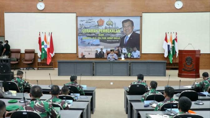 Jusuf Kalla sampaikan ceramah pembekalan soal tiga model kepemimpinan, baik bisnis, pemerintah, dan sosial di Markas Sesko TNI Bandung, Jawa Barat, Senin (31//8/2020). (Dok Tim Komunikasi Jusuf Kalla/JK)