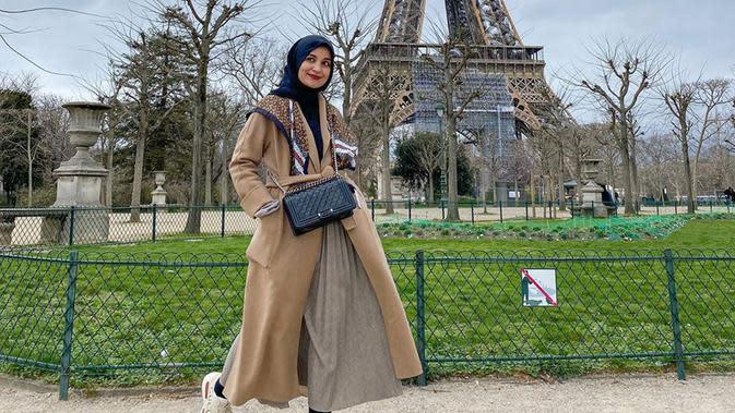 Penampilan istri Teuku Wisnu ini saat berkunjung ke Paris juga terlihat sederhana. Dirinya pun memilih menggunakan busana dengan dominan warna coklat dan detail hitam pada hijab dan tas yang dikenakan. (Liputan6.com/IG/@shireensungkar)