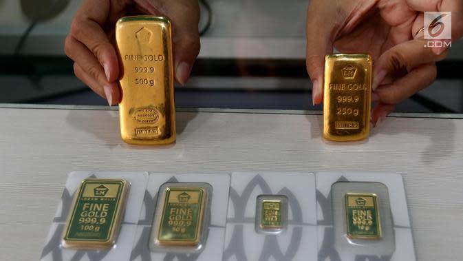 Petugas menunjukkan emas batangan di gerai Butik Emas Antam di Jakarta, Jumat (5/10). Pada perdagangan Kamis 4 Oktober 2018, harga emas Antam berada di posisi Rp 665 ribu per gram. (Liputan6.com/Angga Yuniar)