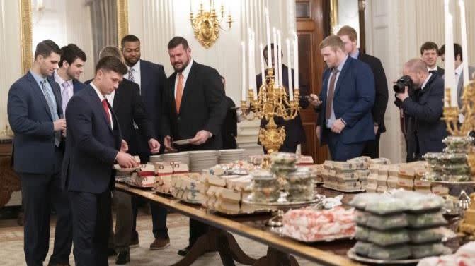 美國總統川普在白宮招待大學美足冠軍隊,也是準備速食。(圖/翻攝自推特)