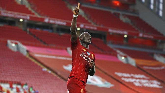 Penyerang Liverpool, Sadio Mane, melakukan selebrasi usai membobol gawang Crystal Palace pada laga Premier League di Stadion Anfield, Rabu (24/6/2020). Liverpool menang dengan skor 4-0. (AP/Phil Noble)