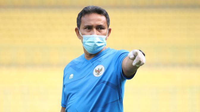 Pelatih Timnas Indonesia U-16, Bima Sakti, memberikan arahan saat pemusatan latihan di Stadion Patriot Candrabhaga, Bekasi, Senin (6/7/2020). Timnas Indonesia U-16 terus menggelar persiapan sebelum berkiprah di Piala AFC U-16 2020. (Dokumentasi PSSI)