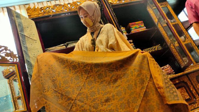 Songket dengan pewarna alami dari limbah kulit jengkol diproduksi oleh pengusaha Meiky Songket asal Kabupaten Ogan Ilir Sumsel (Liputan6.com / Nefri Inge)