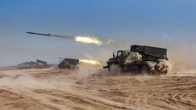 Peluncuran roket dari sistem rudal di pangkalan militer Ashuluk, Rusia, 22 September 2020 Latihan ini diharapkan akan diadakan di Laut Hitam dan perairan laut Kaspia, akan berlangsung hingga 26 September. (Vadim Grishankin/Russian Defense Ministry Press Service via AP)