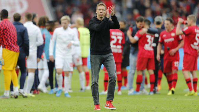 Pelatih Leipzig, Julian Nagelsmann, memberi applaus kepada fans usai laga kontra Bayer Leverkusen, akhir pekan lalu. Julian Nagelsmann masuk dalam radar terkuat menjadi manajer Manchester United. (AFP / Leon Kuegeler)
