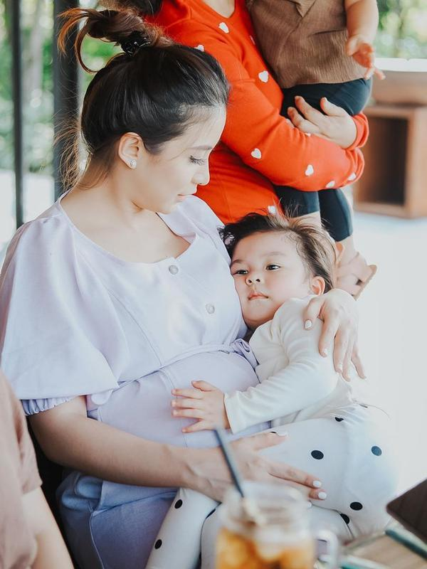 Dalam foto tersebut, tampak Nastusha Olivia Alinskie yang kini berusia empat tahun itu nempel mamanya. (Instagram/chelseaoliviaa)