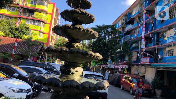 Warga beraktivitas di sekitar Rusun Petamburan, Jakarta, Jumat (21/8/2020). Proses pembangunan menggunakan skema multiyears dengan total keseluruhan sebanyak 5.835 unit hunian pada 31 tower. (Liputan6.com/Immanuel Antonius)