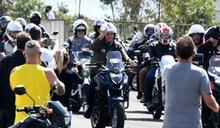 巴西總統帶領支持者騎機車遊行 稱抗疫漸取得勝利