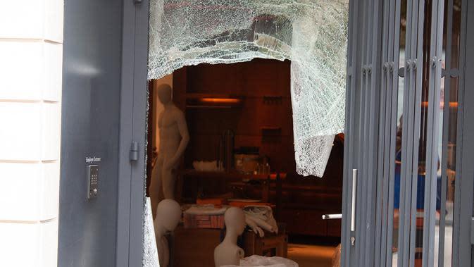 Jendela toko yang rusak di pusat kota Chicago, Amerika Serikat (AS) (10/8/2020). Dua orang ditembak, lebih dari 100 lainnya ditangkap, dan 13 petugas polisi terluka dalam aksi penjarahan dan perusakan luas yang terjadi pada Senin (10/8) pagi waktu setempat di pusat kota Chicago. (Xinhua/Alan Ruffin)