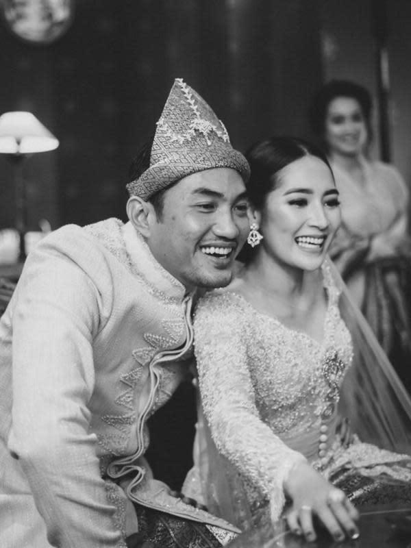 Meskipun hanya dihadiri keluarga terdekat, Niken dan Adimaz tetap menyapa teman-temannya yang menyaksikan secara virtual. Begini lah momen bahagia saat mereka berbagi kebahagiaan dengan teman-temannya. (Instagram/armanfebryan)