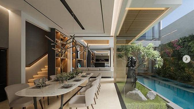 Dari potret yang dibagikan, tampak rumah yang masih dalam tahap renovasi itu tampak asri dan mirip villa mewah di Bali. Dibatasi kaca, dari ruang makan, kita bisa melihat sejuknya area kolam renang. (Instagram/rogerojey)