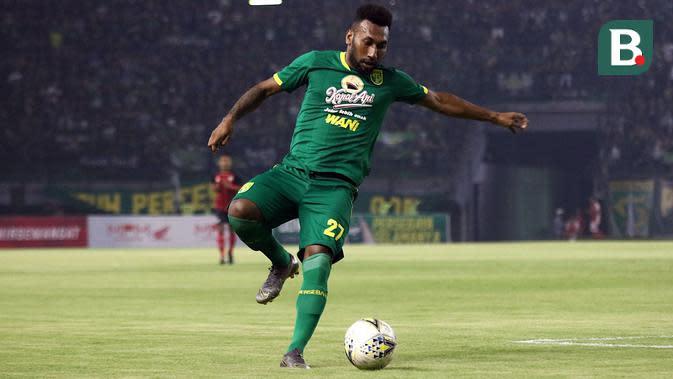 Striker anyar Persebaya, Patrich Wanggai, dalam laga uji coba melawan Persis bertajuk Forever Game di Stadion Gelora Bung Tomo, Surabaya (11/1/2020). (Bola.com/Aditya Wany)