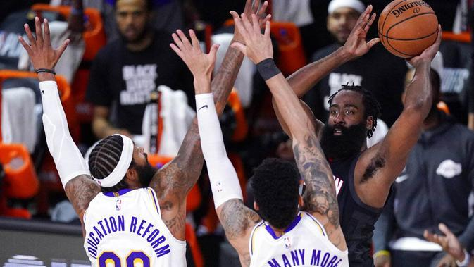 Pebasket Houston Rockets, James Harden, berusaha melewati pebasket Los Angeles Lakers pada gim kelima semifinal wilayah barat, Minggu (13/9/2020). Lakers menang dengan skor 119-96. (AP Photo/Mark J. Terrill)