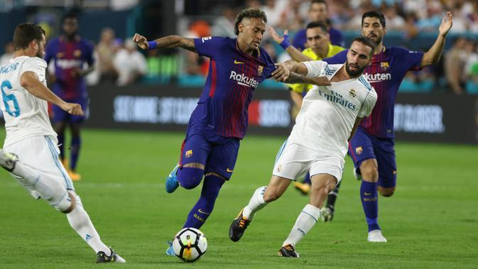 Striker Barcelona, Neymar, berebut bola dengan bek Real Madrid, Dani Carvajal pada laga ICC 2017 di Stadion Hard Rock, Miami, AS (29/7/2017). Barcelona menang 3-2 atas Real Madrid. (AP/Marc Serota)