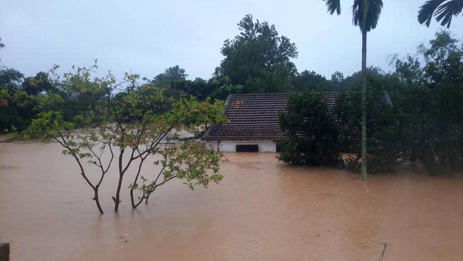 Kondisi daerah yang terendam banjir di Provinsi Quang Tri, Vietnam, 8 Oktober 2020. Hujan deras dan banjir telah menyebabkan lima orang tewas dan tiga lainnya hilang di Vietnam utara dan tengah dalam beberapa hari terakhir. (Xinhua/VNA)