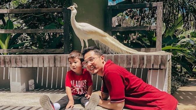 Sebagai seorang ayah yang paham fashion, Kinos selalu memperhatikan baju yang ia dan anaknya kenakan. Seperti saat berkunjung ke kebun binatang, ia dan anaknya bernama Panutan kompak memakai baju warna yang sama yakni merah. (Liputan6.com/IG/@kinosnoski)