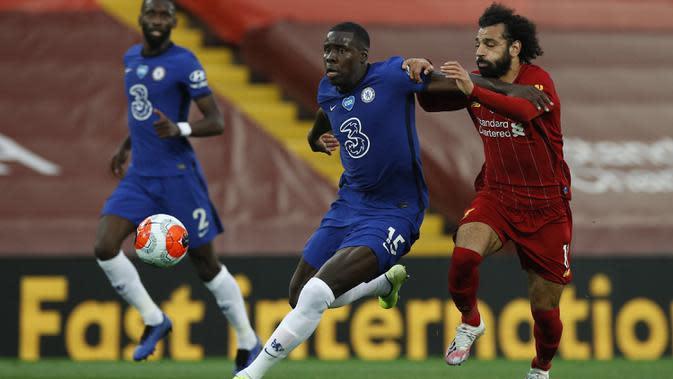 Gelandang Liverpool, Mohamed Salah, berebut bola dengan bek Chelsea, Kurt Zouma, pada laga lanjutan Premier League pekan ke-37 di Stadion Anfield, Kamis (23/7/2020) dini hari WIB. Liverpool menang 5-3 atas Chelsea. (AFP/Phil Noble/pool)