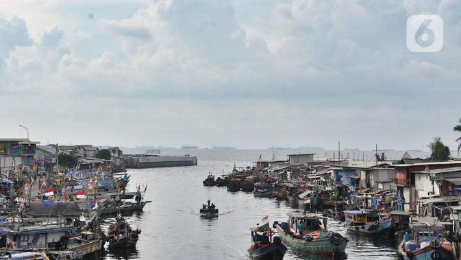 Aktivitas nelayan di kawasan pesisir Cilincing, Jakarta, Senin (1/6/2020). Program Bantuan Langsung Tunai (BLT) akan dimulai Juni-Desember 2020 guna menjaga ketersediaan bahan pokok di tengah pandemi. (merdeka.com/Iqbal S. Nugroho)