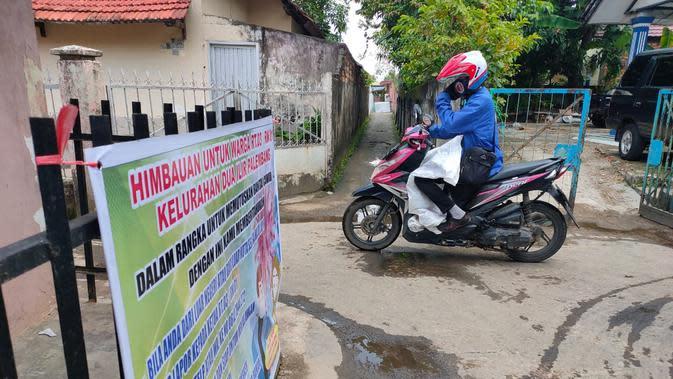 Himbauan tentang penerapan Work From Home (WFH) dipasang di setiap perkampungan di Palembang (Liputan6.com / Nefri Inge)