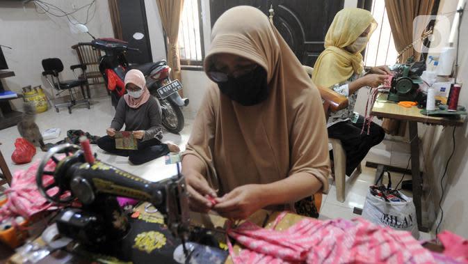 Ibu-ibu PKK membuat masker kain di Desa Bojongkulur, Gunung Putri, Bogor, Jawa Barat, Kamis (9/4/2020). Saat pelaksanaan isolasi mandiri akibat COVID-19 di rumahnya masing-masing, ibu-ibu PKK ini membuat masker untuk dibagikan secara gratis kepada warga sekitar. (merdeka.com/Arie Basuki)