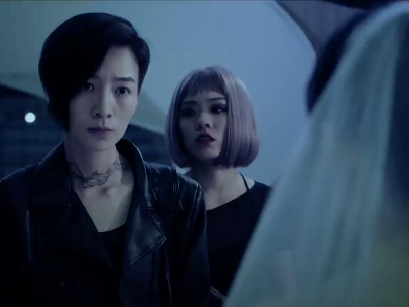 陳俋君(右)