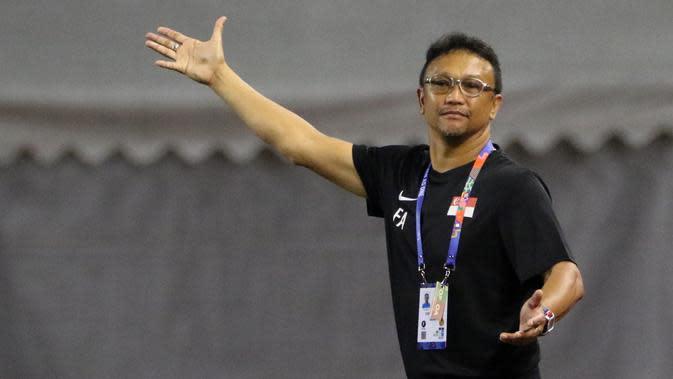 Pelatih Singapura U-22, Fandi Ahmad, memberikan instruksi saat melawan Timnas Indonesia U-22 pada laga SEA Games 2019 di Stadion Rizal Memorial, Manila, Kamis (28/11). Indonesia menang 2-0 atas Singapura. (Bola.com/M Iqbal Ichsan)