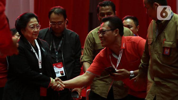 Ketua Umum PDI Perjuangan Megawati Soekarnoputri (kiri) saat menghadiri penutupan Rakernas I PDIP di JIEXPO Kemayoran, Jakarta, Minggu (12/1/2020). Rakernas menghasilkan rekomendasi pembumian ideologi Pancasila, menjaga NKRI dan kebinekaan, kedaulatan wilayah serta ekonomi. (Liputan6.com/JohanTallo)