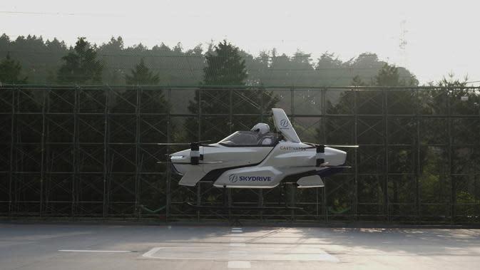 Sebuah mobil terbang berawak SD-03 terlihat selama sesi uji terbang di lapangan uji Toyota di Toyota, Jepang tengah. Tomohiro Fukuzawa, yang mengepalai upaya SkyDrive, mengatakan ia berharap mobil terbang dapat dibuat menjadi produk kehidupan nyata pada tahun 2023. (©SkyDrive/CARTIVATOR 2020 via AP