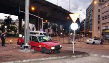 的士荔枝角十字路口被撞 私家車司機失蹤