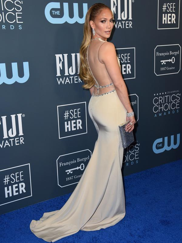 Jennifer Lopez berpose saat menghadiri Critics' Choice Awards 2020 di Barker Hangar, Santa Monica, California, Amerika Serikat, Minggu (12/1/2020). Jennifer Lopez tampil cantik dengan mengenakan gaun krem yang memperlihatkan punggung dan sampingnya. (Photo by Jordan Strauss/Invision/AP)