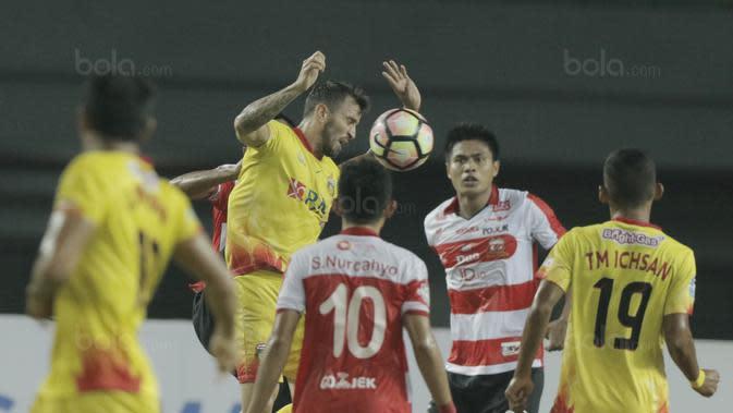 Pemain yang kini berusia 36 tahun itu sukses membayar kepercayaan McMenemy dengan berhasil menjadi motor serangan Bhayangkara FC dan mencatatkan sembilan gol dan delapan assist dalam 29 pertandingan. (Bola.com/M Iqbal Ichsan)