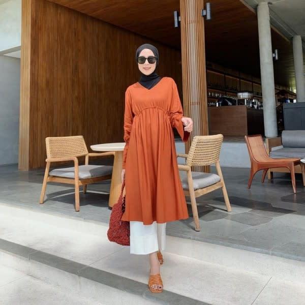 Gaya Chic dengan Hijab ala Rizky Amelia, Bikin Kamu Tampil Lebih Muda
