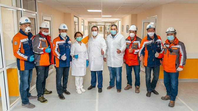 Para pekerja konstruksi dan staf medis berfoto bersama di sebuah rumah sakit darurat untuk pasien COVID-19 di Nur-Sultan, Kazakhstan, pada 19 April 2020. Kazakhstan membangun rumah sakit darurat untuk merawat pasien COVID-19 hanya dalam waktu 13 hari di ibu kota negara tersebut. (Xinhua/BI Group)